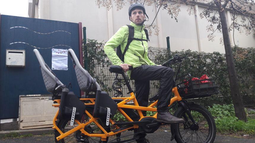 """Augustin, père de deux enfants et """"cycliste du quotidien"""", sur son vélo trois places à Figuerolles"""