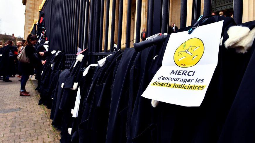 Les avocats accrochent leurs robes aux grilles du tribunal de Bordeaux, le 17 janvier.