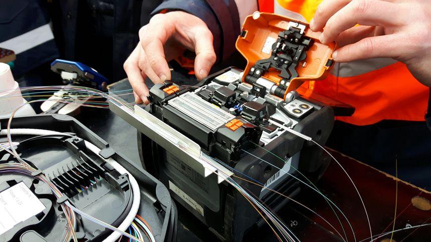 Opération de soudage de fibres optiques dans la campagne de Courthézon