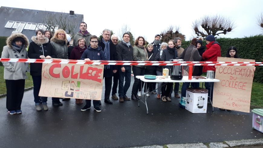 Mobilisation des parents d'élèves de Sourdeval ce vendredi matin devant le collège
