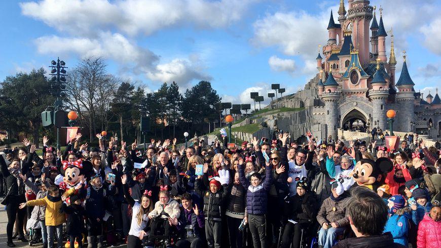 300 enfants malades ont profité des attractions de Disneyland Paris pendant toute une journée, accompagnés par Brigitte Macron, Didier Deschamps, Vianney ou encore Jean-Luc Reichmann.