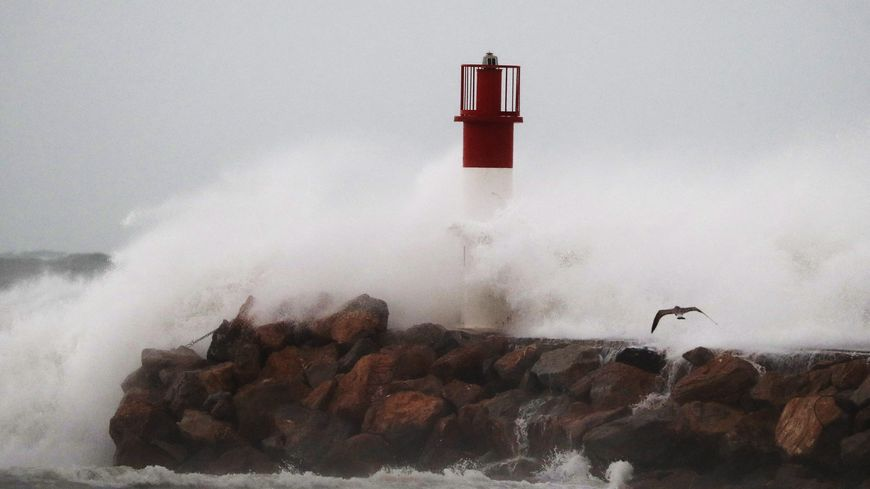 La tempête Gloria s'est abattue sur le phare de Canet-en-Roussillon