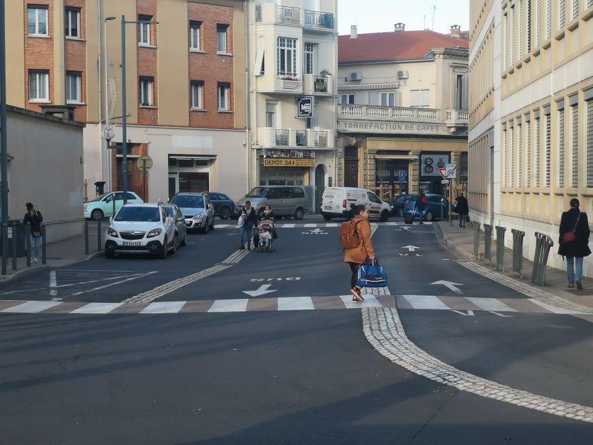Le sens de circulation est bien signalé au sol (Béziers/gare routière).  A gauche les bus.  A droite les voitures