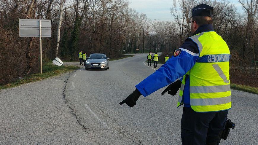 Un gendarme procède à un contrôle routier. (illustration)