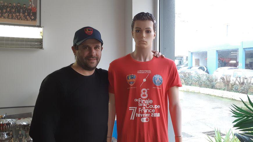 Le président François-Xavier Ripoll, à côté du t-shirt créé spécialement pour le match de 2018 face au PSG