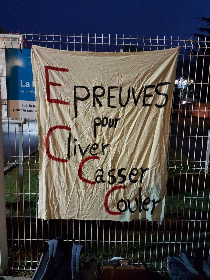 Une banderole placée sur les grilles du lycée Laurens de Saint-Vallier, avant le début du contrôle continu du bac