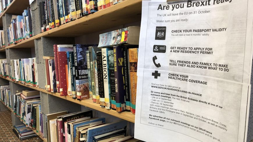 Dans la bibliothèque anglaise de Dun-le-Palestel, des affiches donnent des conseils pratiques aux Britanniques avant le Brexit.