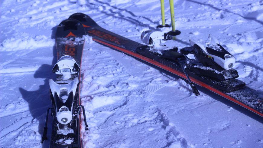 Le fart est un revêtement spécifique appliqué sous les skis pour améliorer l'adhérence ou la glisse.
