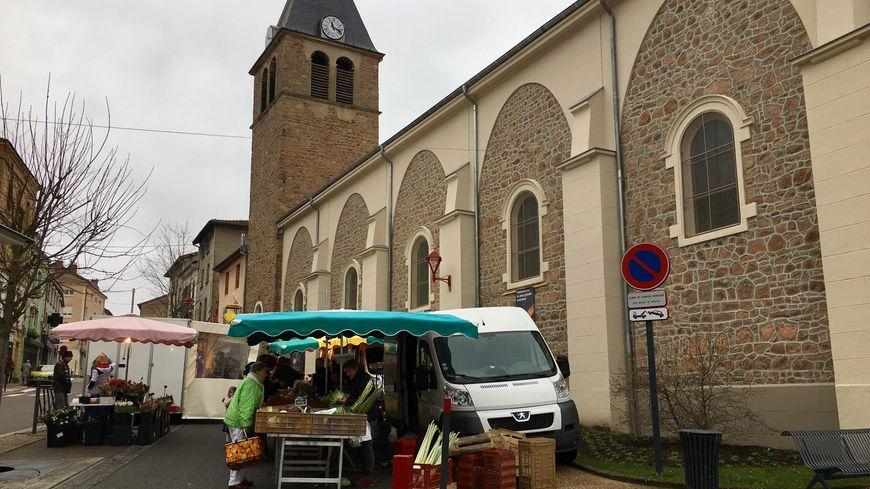 Le marché de Cours-la-Ville sur la place de l'église