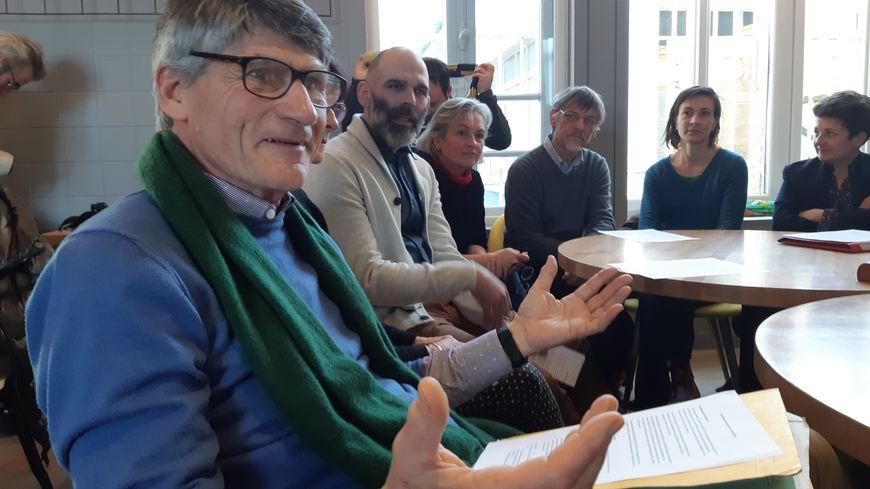 """François Gibert (au premier plan), ancien chef d'entreprise et militant EELV, est à la tête de la liste qui a donc désormais un nom """"Niort Energie Nouvelle"""""""