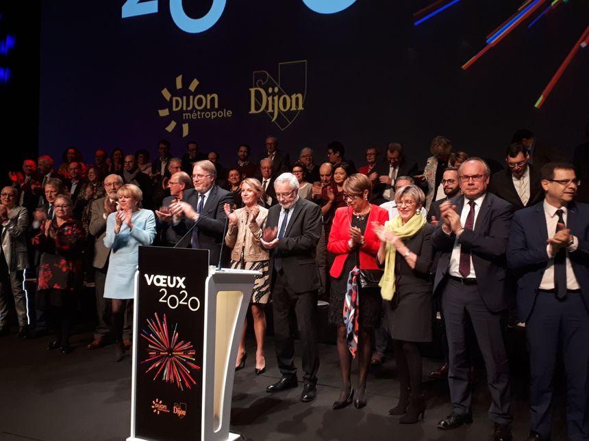 François Rebsamen entouré des conseillers municipaux et métropolitains de Dijon