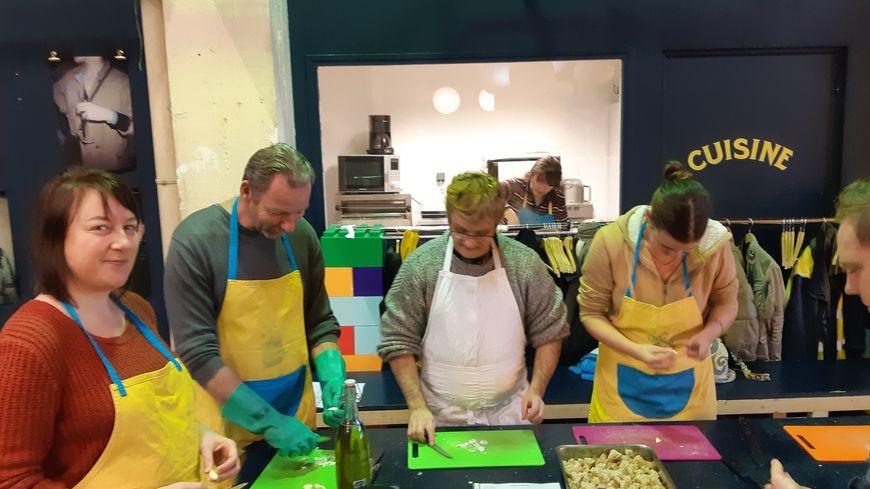 Les membres de l'association en pleine préparation des croutons pour la soupe