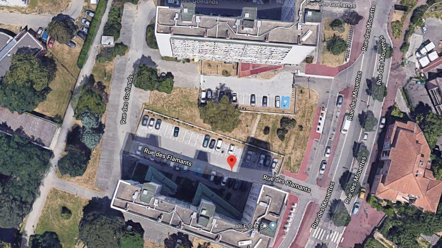 Le corps inanimé d'une femme a été en bas d'un immeuble de 12 étages, ce samedi 25 janvier. Pompiers et police ont été alertés par des voisins, une enquête est ouverte