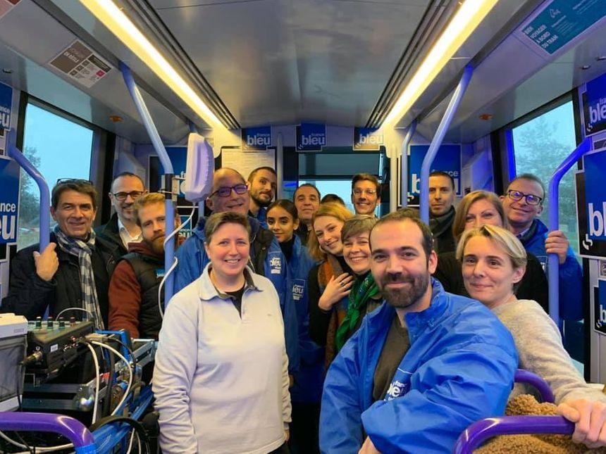 Photo de groupe des équipes de TAO et de France Bleu Orléans, après la matinale dans le tramway orléanais le 30 janvier 2020