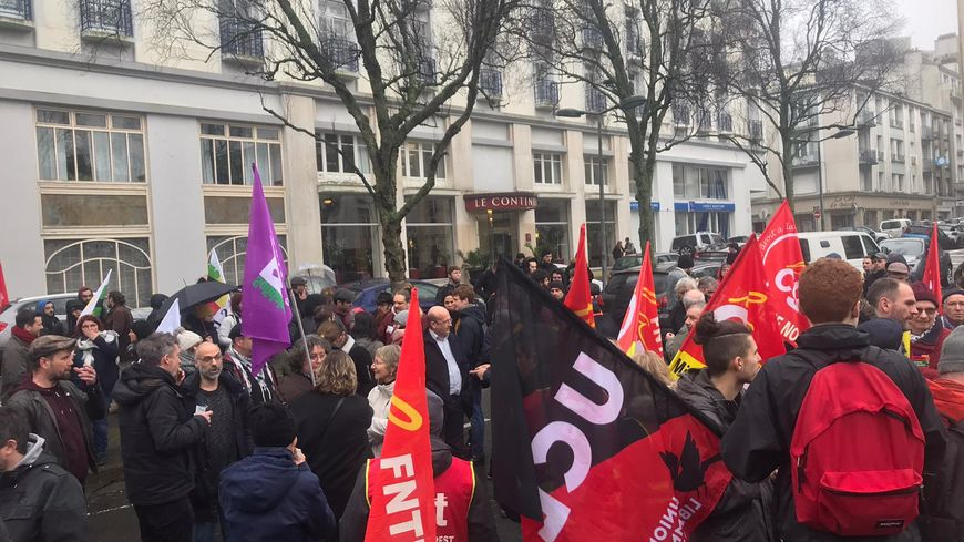 200 personnes se sont rassemblées à l'appel de 17 organisations syndicales