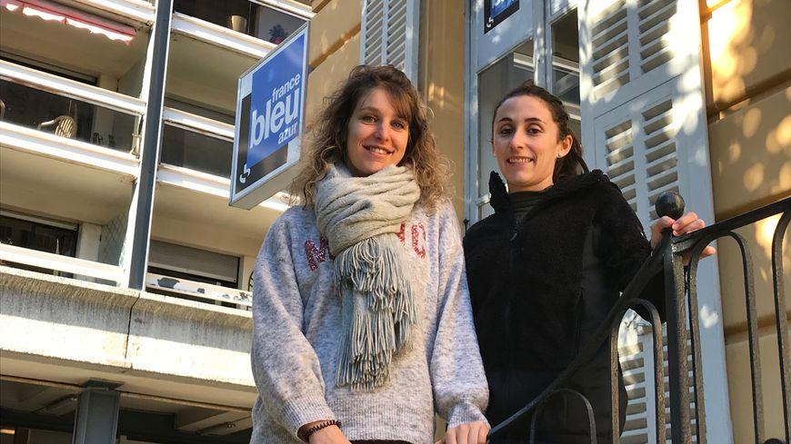Célia Andrès (à gauche) et Aurélie Tata devant l'entrée de France Bleu Azur juste avant leur départ pour la Finlande