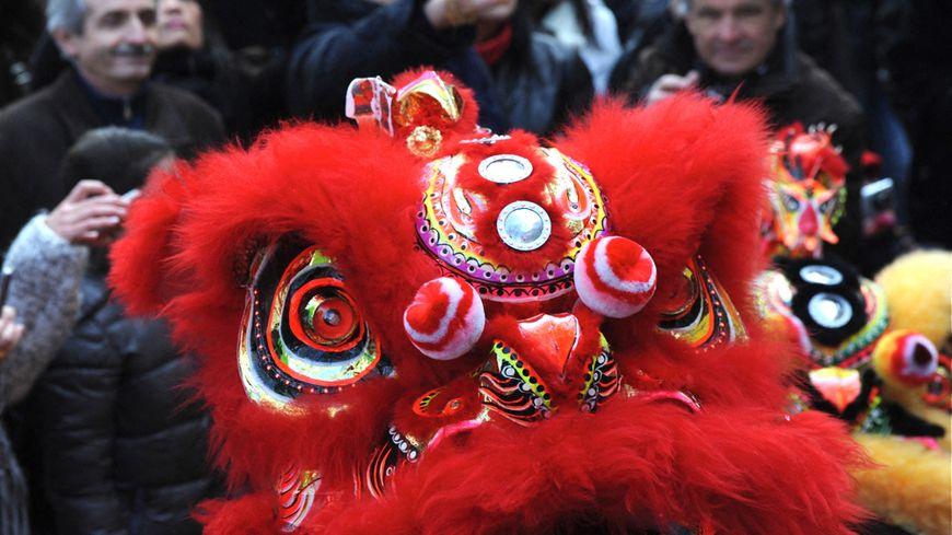 Tête de dragon au milieu du défilé d'un  Nouvel An chinois.