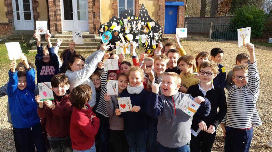 Les élèves de la classe de CE2 CM1 CM2 de l'école Sainte-Foy de Conches-en-Ouche avec la carte de l'Australie qu'ils ont créée