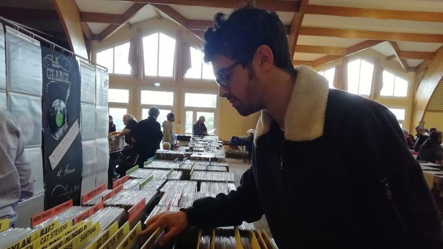 Tristan, un jeune collectionneur de 19 ans, cherche un vinyle du groupe de rock britannique Hawkwind.