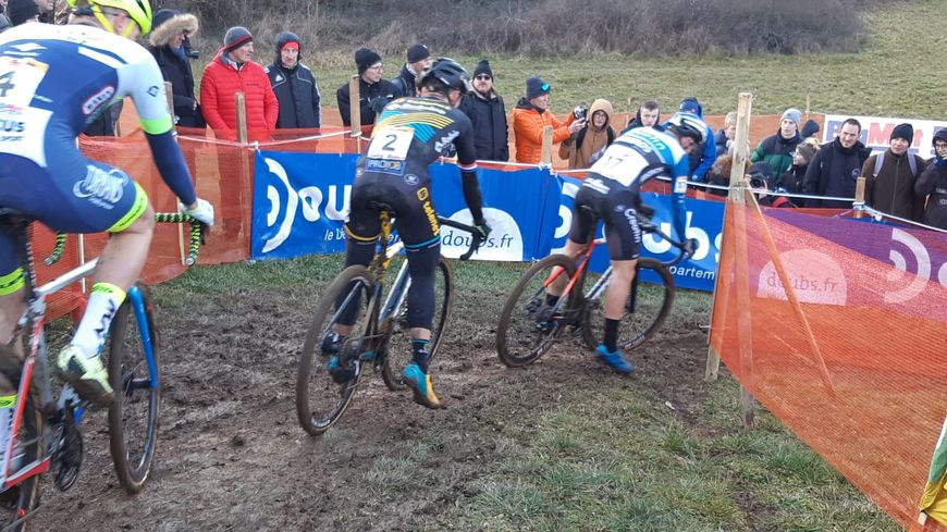 La boue et le froid n'ont pas épargné les coureurs durant l'épreuve Elite