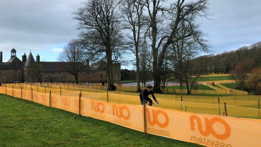 Les premiers coureurs commencent à s'entraîner sur le circuit du parc du château de Flamanville, pour préparer les championnats de France de ce week-end.