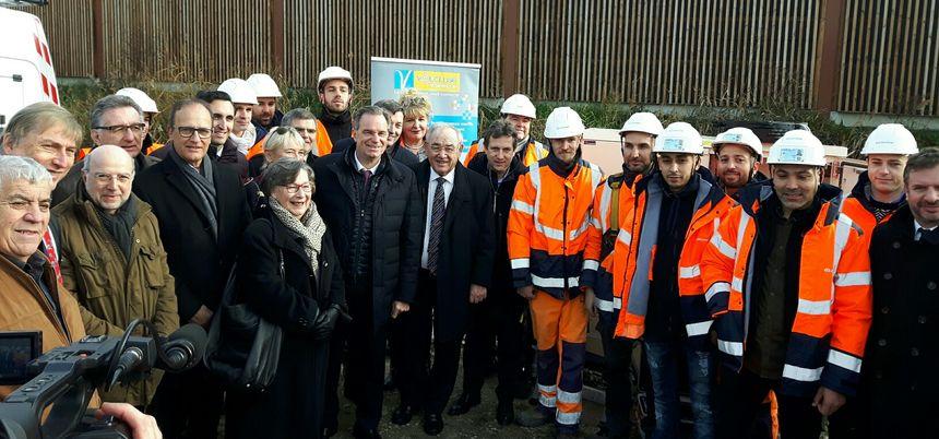 Les élus et les techniciens réunis à Courthézon pour constater l'avancée du chantier en Vaucluse