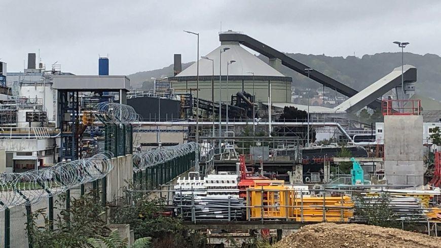 La zone industrielle où se trouve Lubrizol située rive gauche à Rouen après l'incendie.