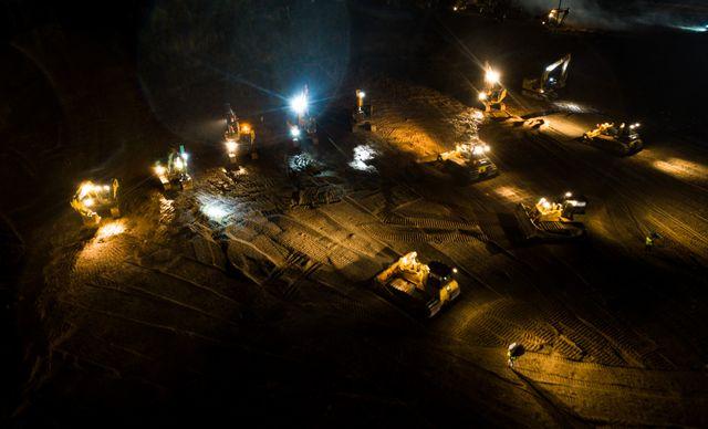 La construction de l'hôpital se poursuit même de nuit.