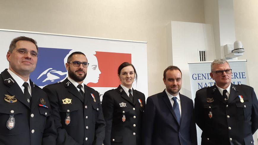 Les trois médaillés avec le colonel Cédric Collard, le commandant du groupement de gendarmerie de l'Eure et Sébastien Lecornu, le ministre chargé des Collectivités territoriales