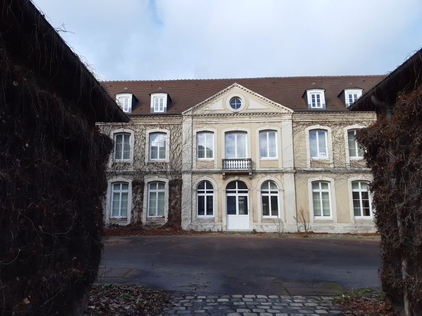 Vue de l'hôtel Joséphine à travers la grille