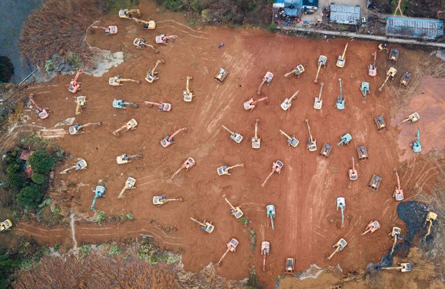 Une photo aérienne qui montre la construction en toute hâte d'un hôpital supplémentaire à Wuhan.