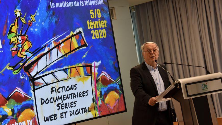 Le président du Festival de Luchon devant l'affiche de la 22 édition