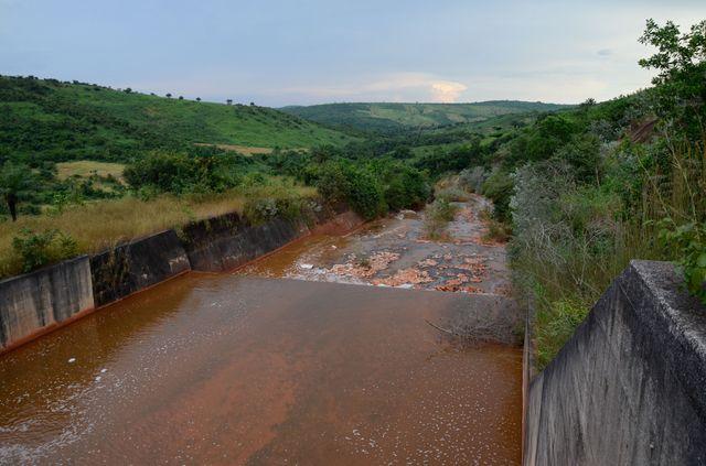 Canal permettant d'acheminer l'eau des barrages à boues rouges vers le fleuve Konkouré