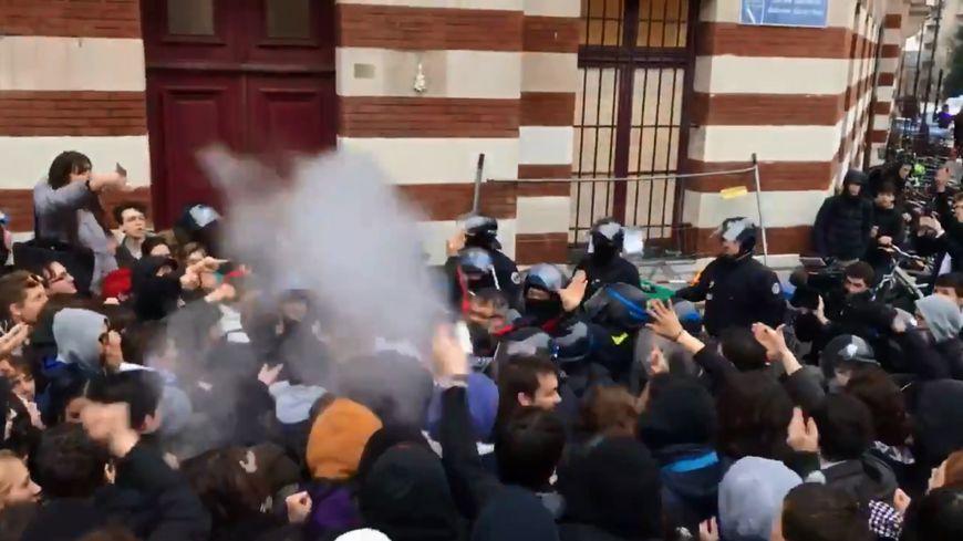Les policiers ont fait usage de leurs matraques et de gaz lacrymogène contre les lycéens.