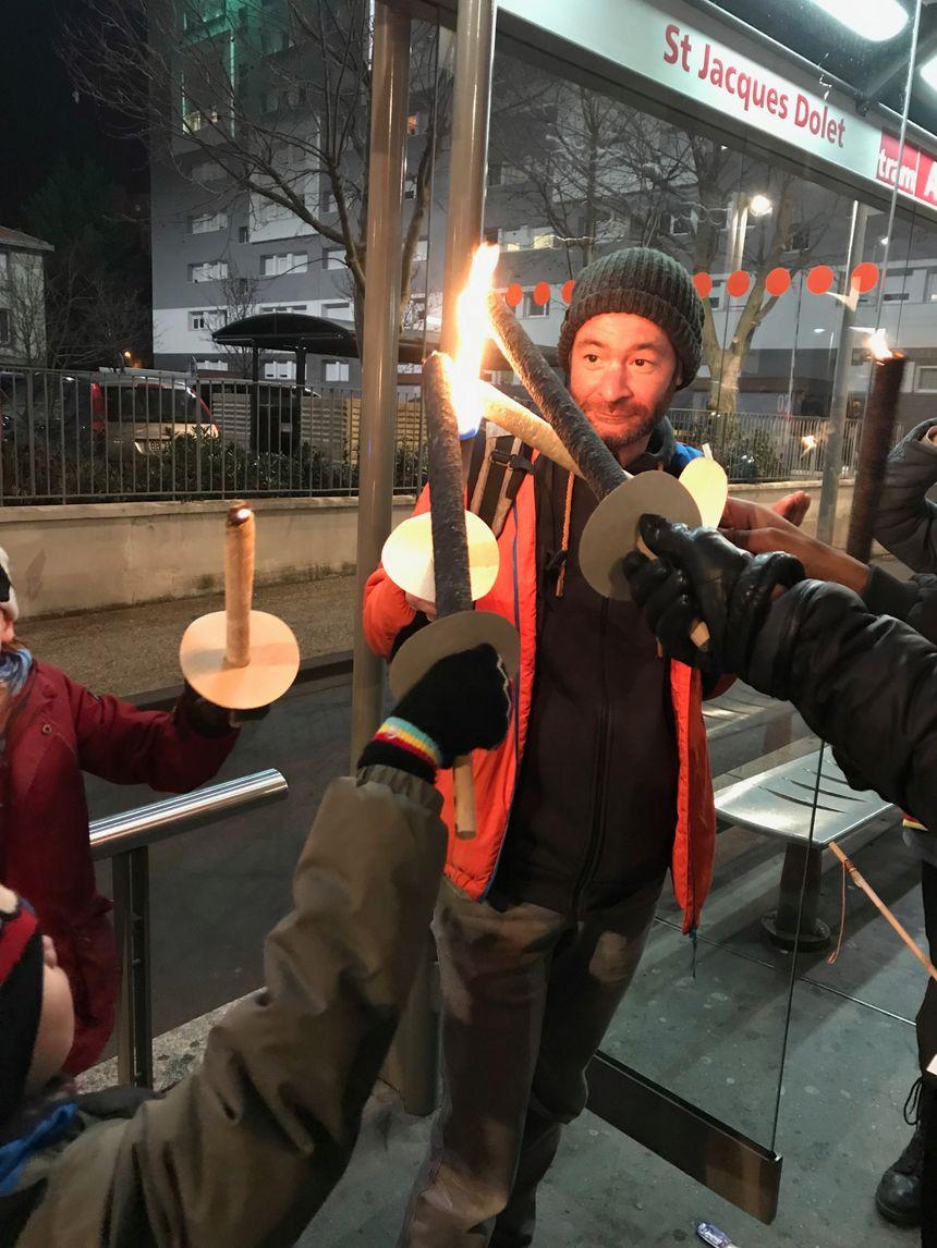 Chaque manifestant était invité à allumer son flambeau.
