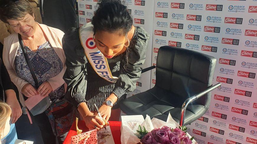 Clémence Botino, Miss France 2020, a signé plusieurs centaines d'autographes à Trélissac