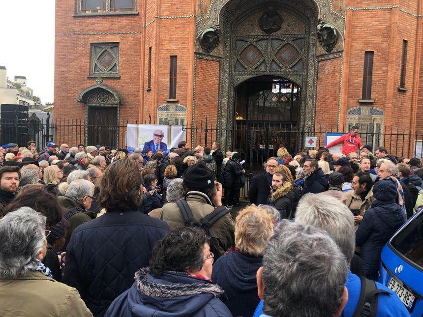 La foule devant l'église Saint-Jean de Montmartre
