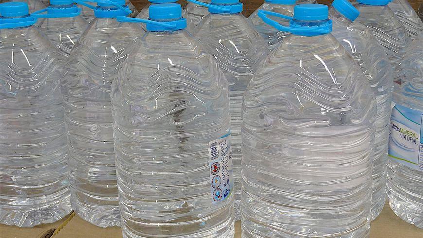 Dans un an, fini la distribution gratuite de bouteilles en plastique dans les lieux recevant du public.