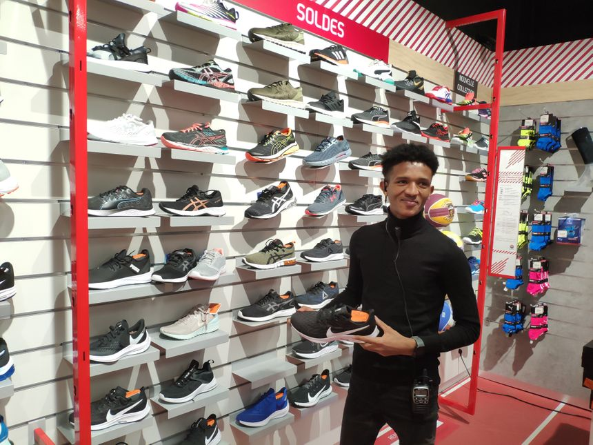 Mudasir a trouvé un travail dans un magasin de sport