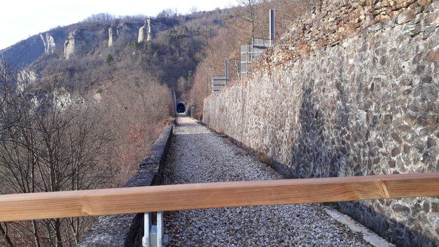 Au-delà de cette limite et du tunnel, il y a l'éboulement qui a détruit la voie ferrée en 2010