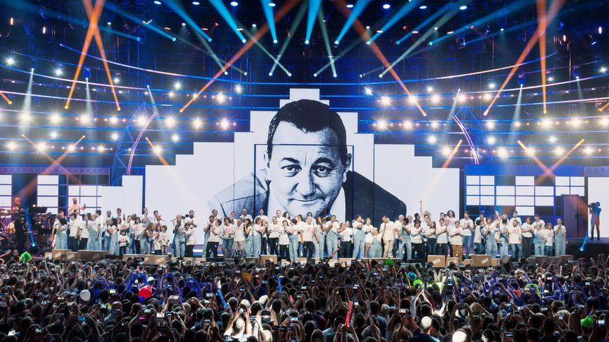 Hommage à Coluche pendant le concert des Enfoirés à Bordeaux, le 24 janvier 2019