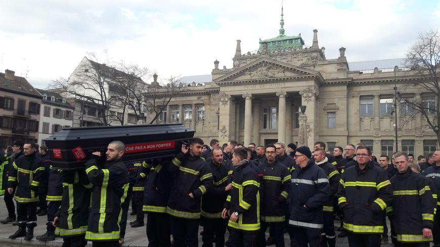 Les 800 pompiers se sont symboliquement allongés devant le palais de justice de Strasbourg lors de leur marche pour dénoncer la multiplication des agressions, le 17.01.2020.