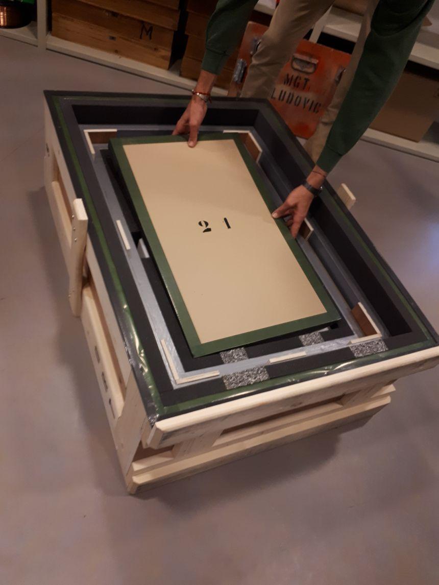 La caisse dans laquelle est transportée l'œuvre avec 3 couches de protection
