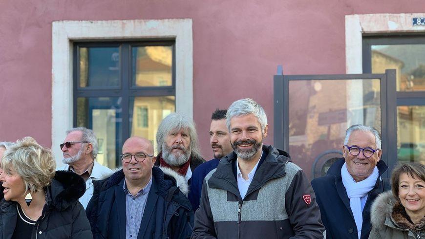 Des élus locaux, la préfète de l'Ardèche, autour de Laurent Wauquiez devant la gare de Cruas