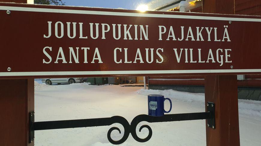 Le mug France Bleu Picardie est arrivé au village du Père Noël