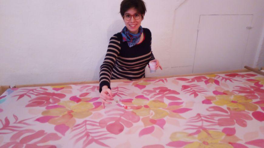 Pascale Vial devant son grand métier à... peindre.