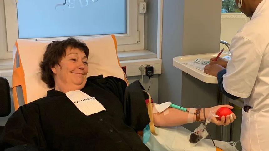 """Pascale Taelman, avocate dans le Val-de-Marne, donne son sang pour """"saigner utile"""" et contre la réforme des retraites."""