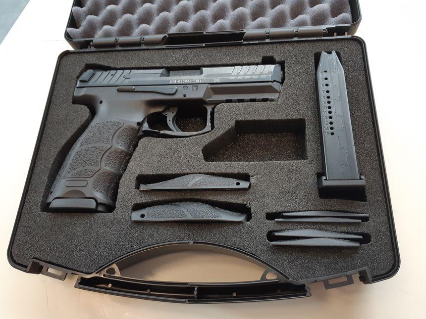 Tant que la préfecture n'a pas délivré son autorisation, l'arme, un HK SFP9, doit rester dans sa valise