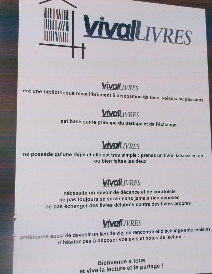 Des consignes de bon usage sont affichées sur le placard à livre