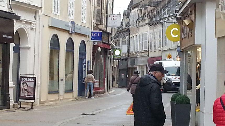 Une rue piétonne dans le centre de St-Amand-Montrond (Cher)